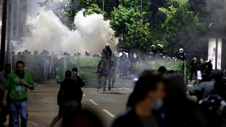 Protestat e dhunshme zmbrapsin Vuçiqin, tërheq planin për vendosjen e shtetrrethimit