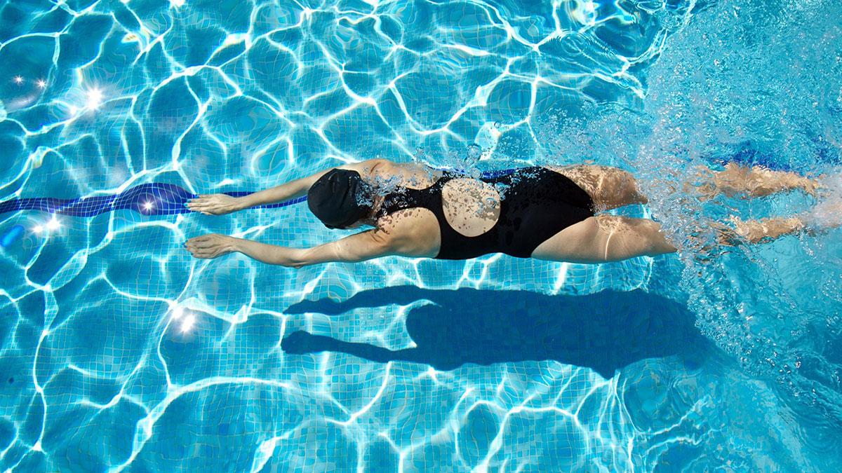 Katër përfitimet e rëndësishme që merr trupi gjatë të notuarit