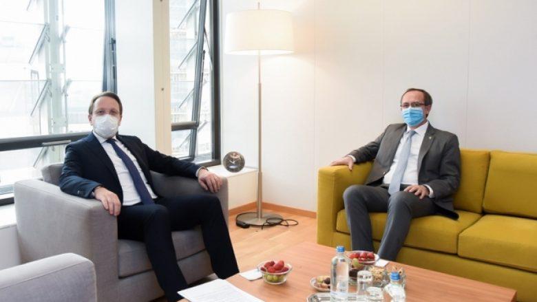 Kryeministri Hoti kërkon liberalizimin e vizave nga Komisionieri i BE-së