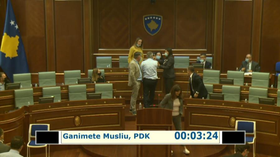 Kryetarja Osmani hap rast në polici, këto janë pamjet e vërusuljes ndaj saj në Kuvend