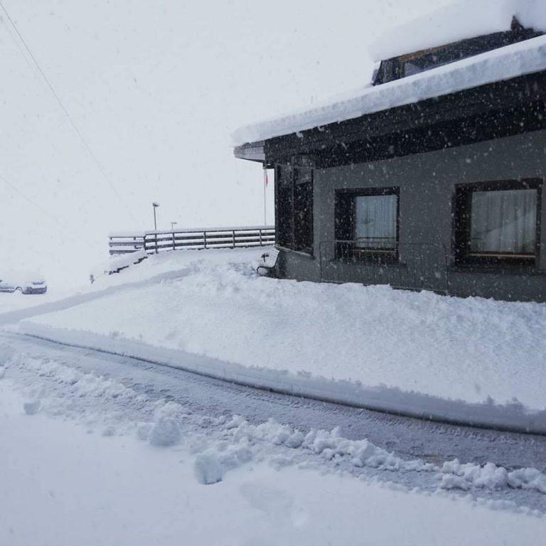 Nodh edhe kjo: Në këtë vend të Evropës bie 25 cm borë në pikë të verës