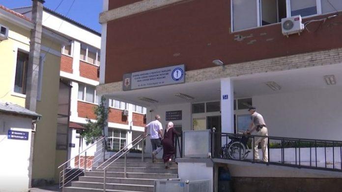 Mjekët e QKMF-së në Prishtinë në protestë