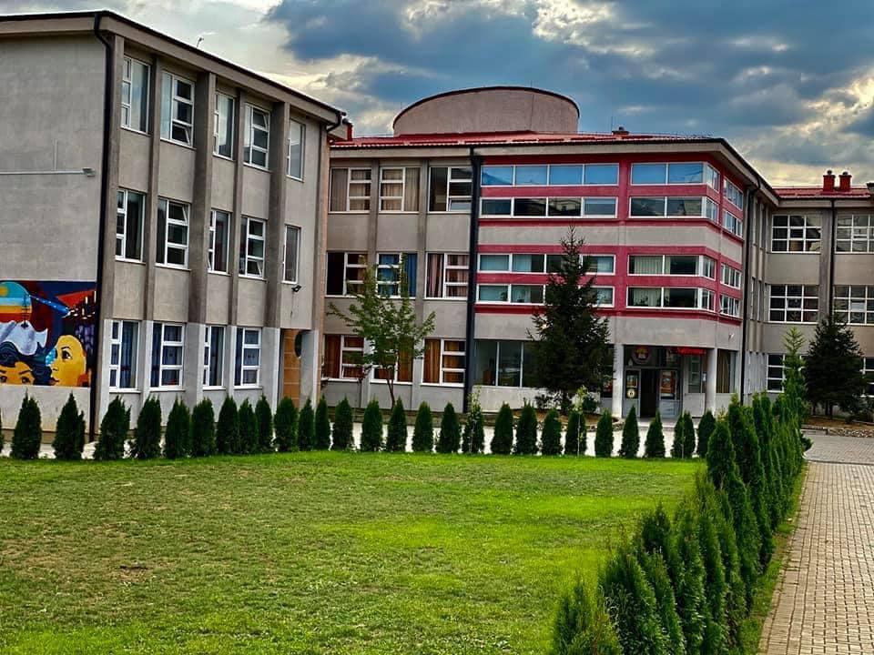 Pesë mësimdhënës infektohen me Covid-19, mbyllet një shkollë në Ferizaj