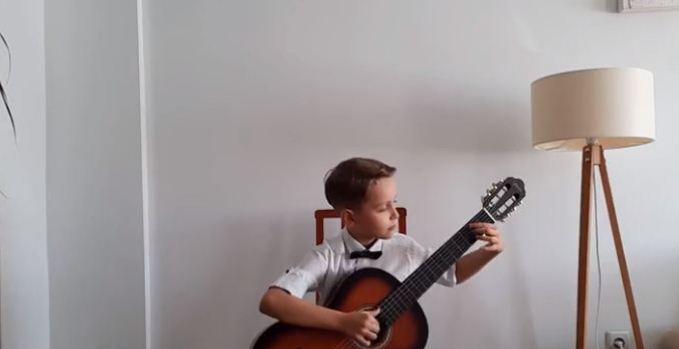 """Ledion Halitaj fiton çmimin e parë në kategorinë """"Junior"""" në Festivalin Ndërkombëtar të Kitarës në Rumani"""