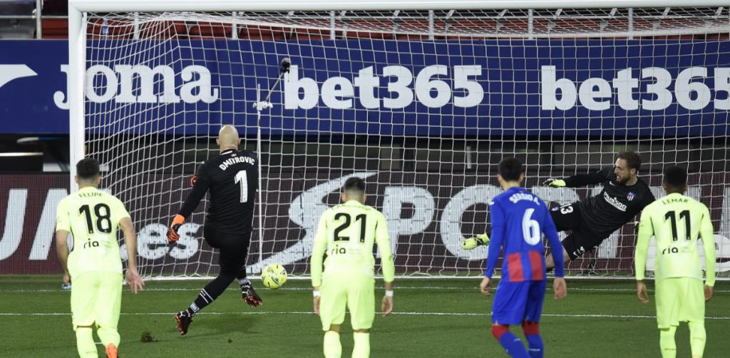 E pabesueshme, portieri i Eibarit i shënon gol Atletico Madridit