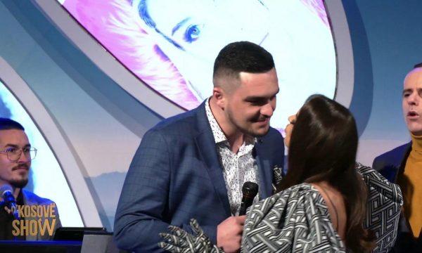 Ana e Përputhen puthi këngëtarin n'Kosovë Show: Po me pëlqen
