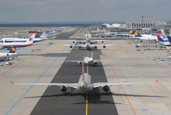 Gjë e rrallë, dy aeroplanë për pak i shpëtuan një aksidenti mes vete në aeroport