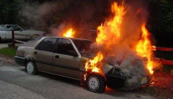 Flet avokati nga Peja që ia dogjën dy vetura, dyshon se zjarri ishte i qëllimshëm