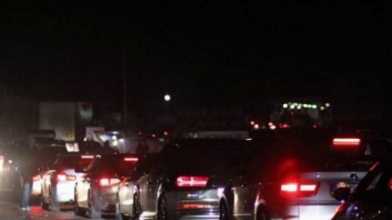Kolona deri në 3 kilometra, qytetarët presin deri në 5 orë në Merdarë