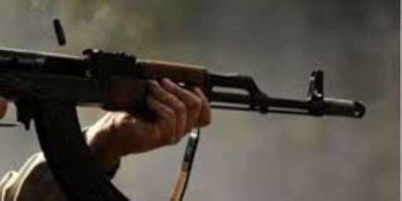 Gjuajtje me kallash në Hajvali, qytetari sulmohet derisa ishte në lëvizje me veturën e tij