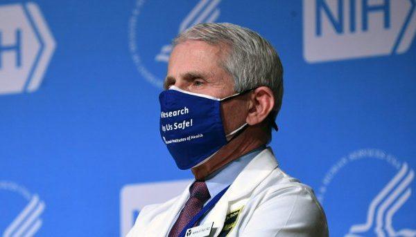 Qytetarët do të duhet të mbajnë maskat edhe në vitin 2022