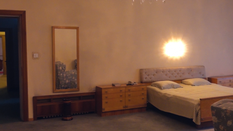 Brenda vilës së Hoxhës, dhoma dhe shtrati ku diktatori ndërroi jetë