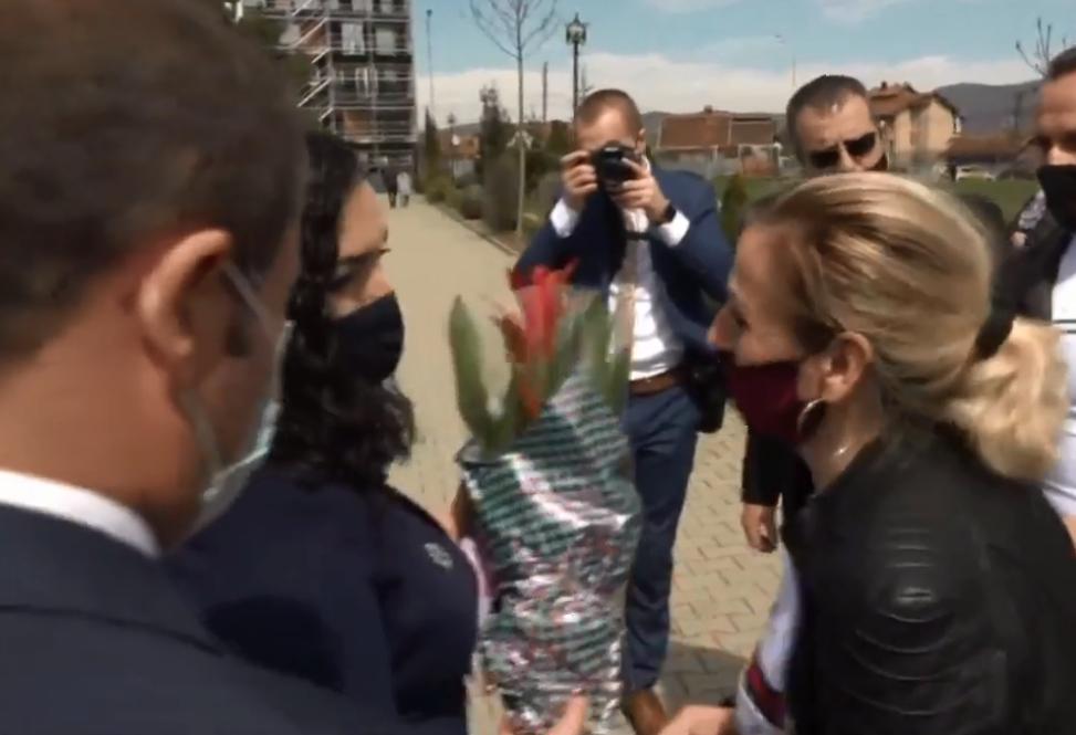"""""""Na jemi me juve dhe Albinin"""", Osmani pranon lule nga mërgimtarët gjatë homazheve te varri i Rugovës"""