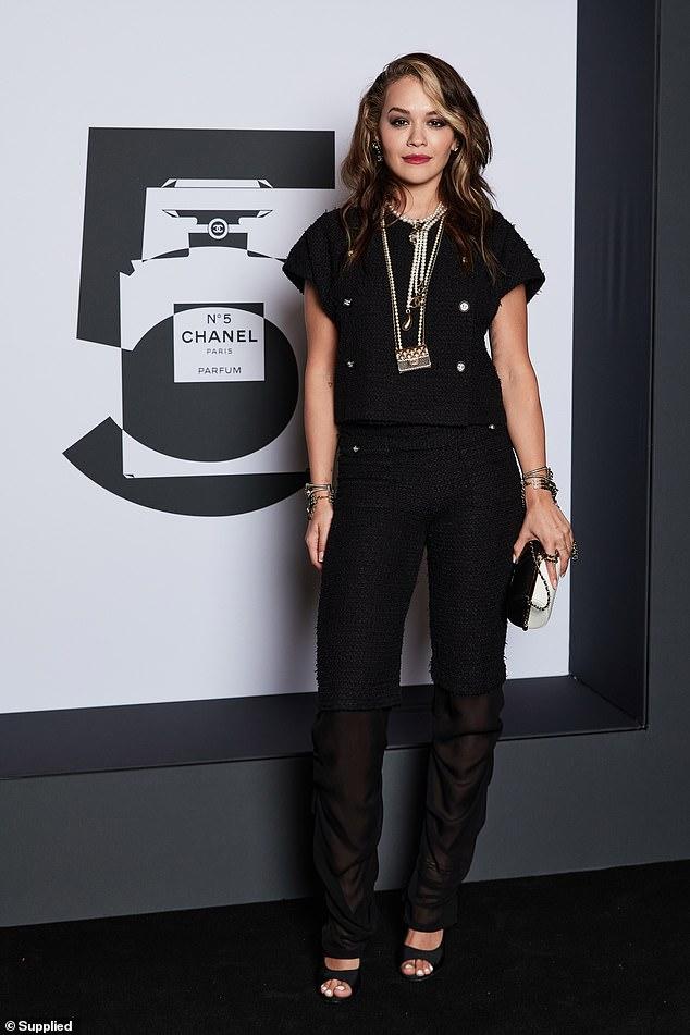 Rita Ora shfaqet me veshje 12 mijë dollarëshe në një festë