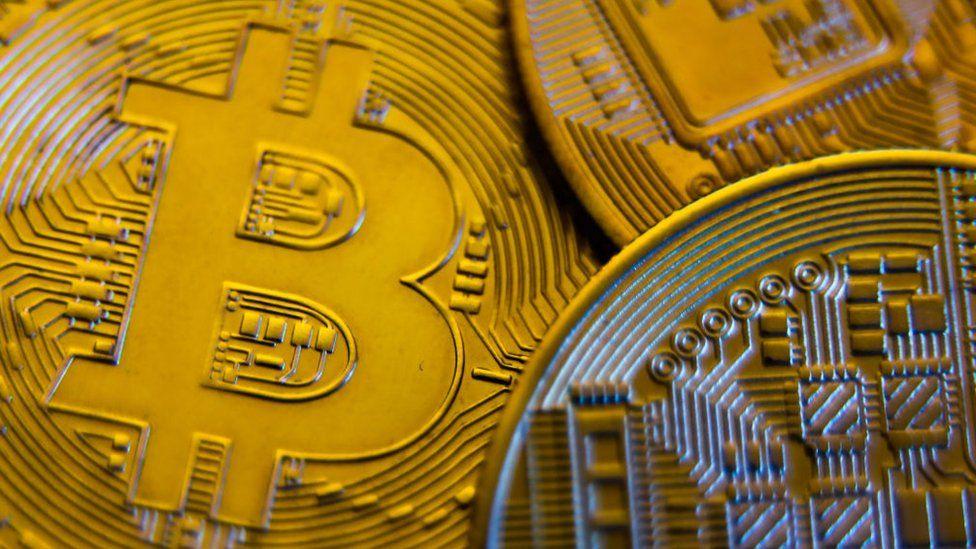 Bitcoin bie përderisa Kina godet kripto-valutave