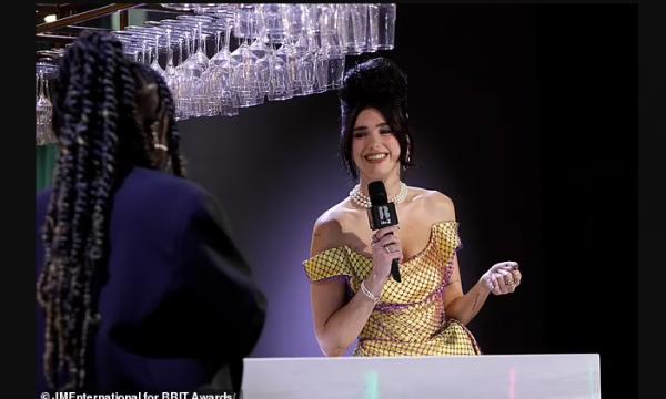 Dua Lipa në stilin e Amy Winehouse në Brit Awards
