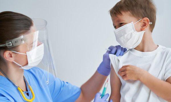 Djemtë e kësaj moshe janë më të rrezikuar nga efektet anësore të vaksinave të Covid