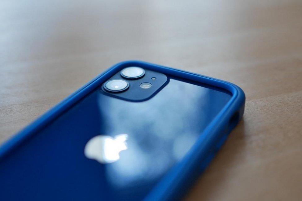iPhone 12 u nxor nga kanali i Berlinit me një magnet
