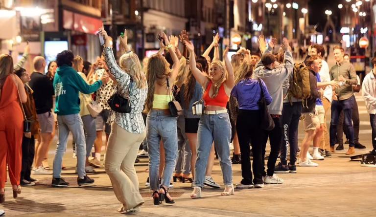 Të rinjët birtanikë iu kthehen festave 'të çmendura' pas lirimit të masave