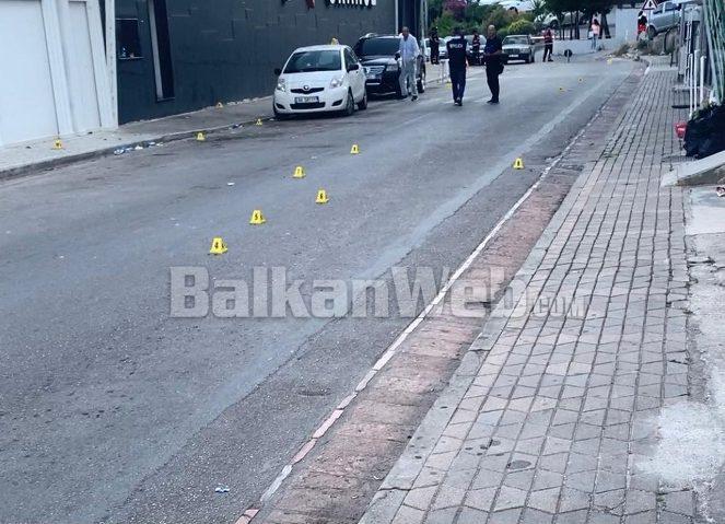 Breshëri automatiku në drejtim të biznesmenit në Sarandë, plumbat kapën dhe pushuesin (FOTO)