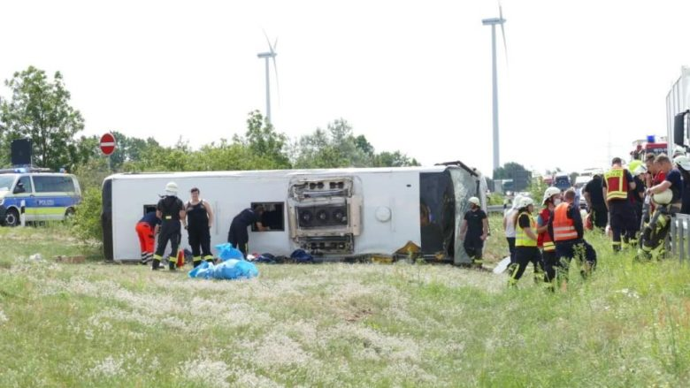 Rrokulliset autobusi me targa të Serbisë në Gjermani, të paktën 19 të lënduar