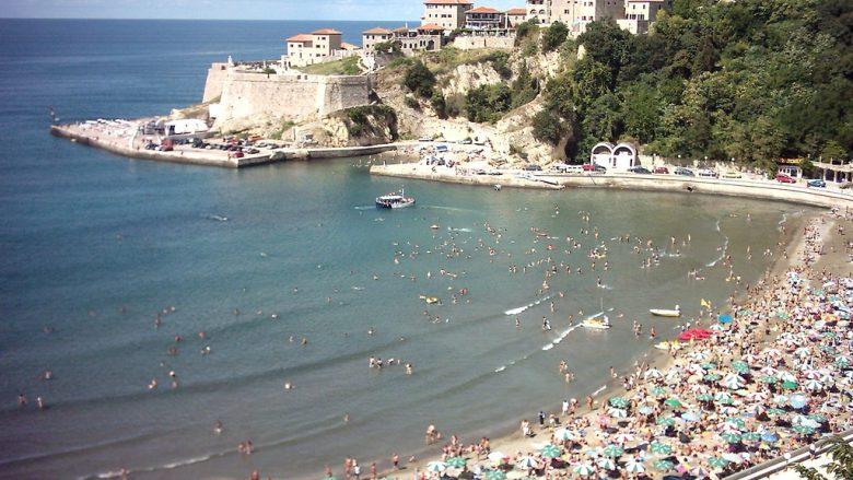 Mali i Zi vendos masa të reja antiCOVID, qytetarët duhet të dëshmojnë se janë negativ në mënyrë që të hyjnë në restorante