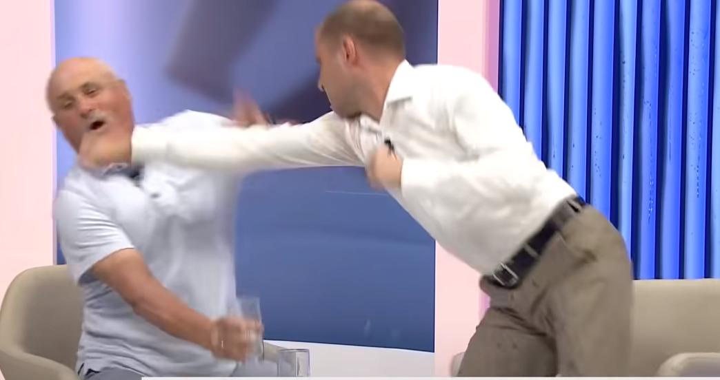 """Plas grushti në emision """"live"""", ish-zyrtari qeveritar rrihet me anëtarin e partisë"""