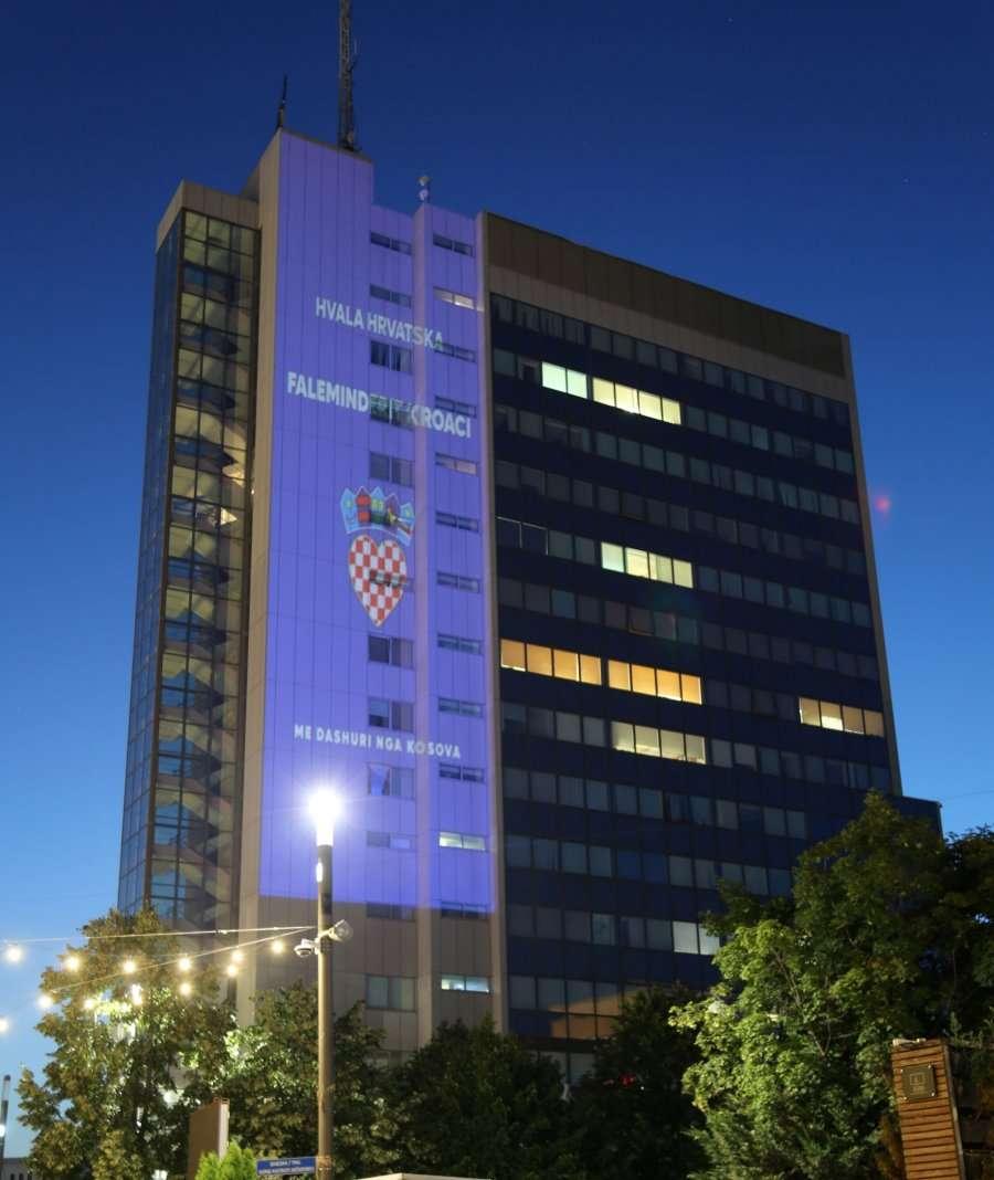 Ngjyrat e flamurit të Kroacisë ndriçojnë ndërtesën e Qeverisë si shenjë falënderimi