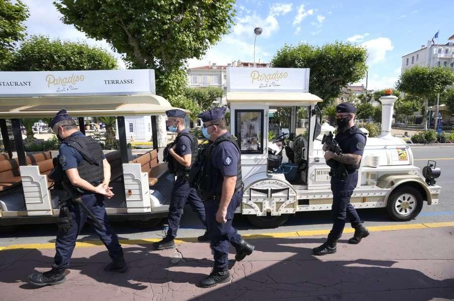 Sulm me thikë në një qendër tregtare në Paris, një i vdekur dhe një i plagosur