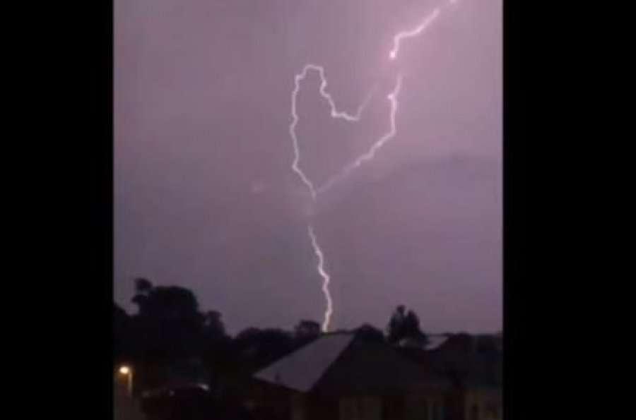 Stuhi dhe rrufe godasin Mbretërinë e Bashkuar
