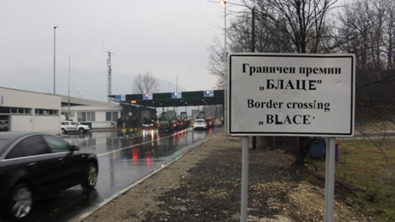 Kolona të gjata në kufirin në Bllacë
