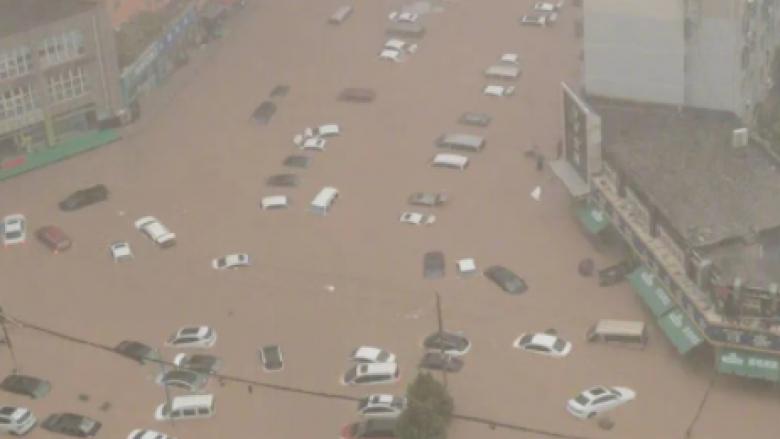 Makina që notojnë mbi ujë dhe njerëz të bllokuar në metro, pamje dramatike nga përmbytjet në Kinë