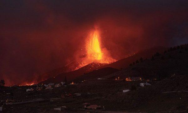 Shpërthimet e forta vullkanike mbyllin aeroportin në ishullin spanjoll