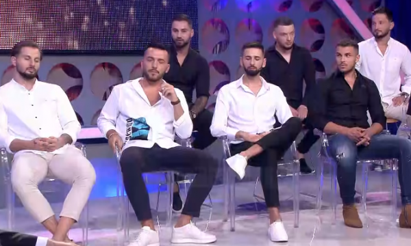 Konkurrentit i del video duke e puthur këngëtaren e njohur
