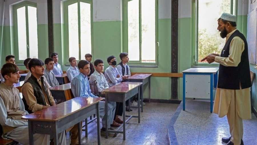 Talebanët rihapin edhe shkollat e mesme, përjashtojnë vajzat