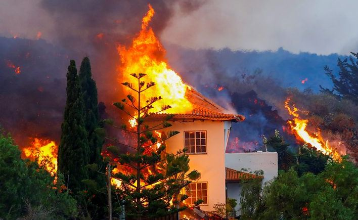 Shpërthimi i vullkanit në Spanjë/ Shtëpitë marrin flakë, evakuohen mbi 6 mijë persona