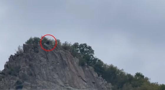 Xhandarmëria serbe vrojton nga kodra Policinë e Kosovës