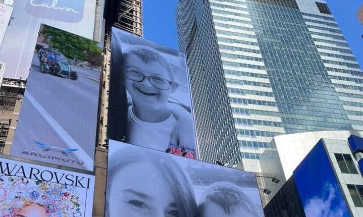 Fotografia e djaloshit kosovar në Times Square (VIDEO)