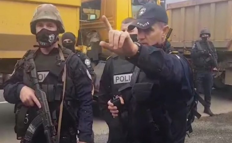 """""""Protestën kërkush nuk ua ndalon, por rrugën duhet me liru"""", polici iu flet shqip serbëve në veri (VIDEO)"""